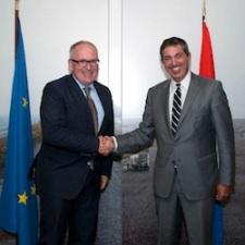 Minister Timmermans (links) en EU-vertegenwoordiger Lambrinidis. Foto: Rijksoverheid.