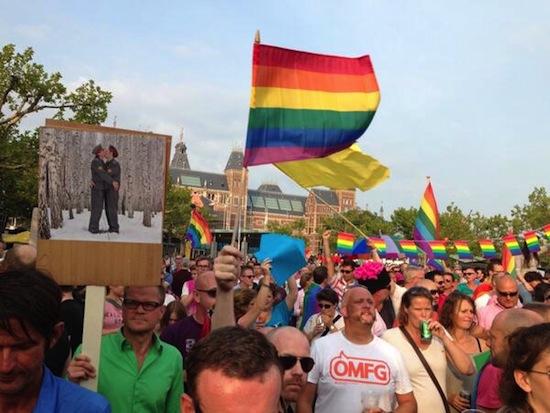 Veel regenboogvlaggen bij de demonstratie in Amsterdam. Foto: Paul Stork (Twitter: @PaulvanFabrique).