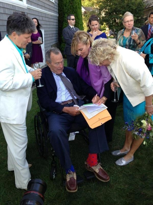 Bush tekent de akte.