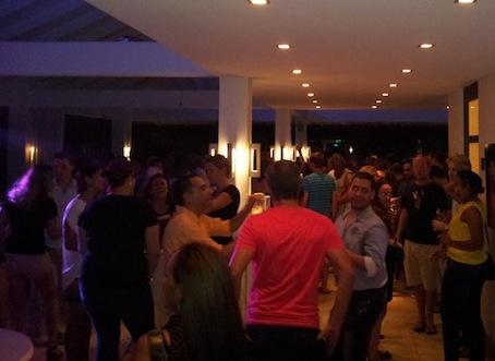 Dansen op de openingsavond van de Gay Pride op Curaçao. Foto: Facebookpagina CG Pro.