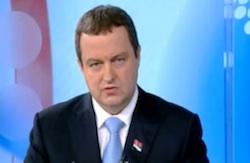 Premier Dacic van Servië spreekt in het Servische tv-journaal. Hij verbiedt de Gay Pride in Belgrado.