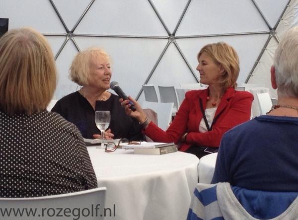 Marjan Berk (links) en gespreksleider Helge Prinsen tijdens de literaire lunch in Vlissingen. Foto: Remco van Schellen
