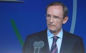 IOC-lid Jean Claud Killy tijdens zijn verklaring over de Russische homowet.