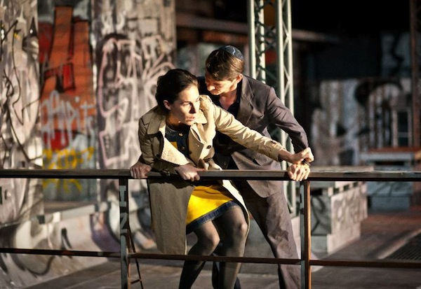 Scene uit de voorstelling 'de Russen!', met acteurs Halina Reijn en Alwin Pulinckx. Foto: Toneelgroep Amsterdam / Jan Versweyveld.