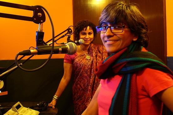 In de studio bij Q Radio in India.