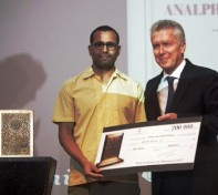 Rachid O. krijgt zijn prijs. Bron foto: Publishers Weekly.