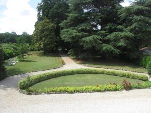 Royale tuin met ligstoelen