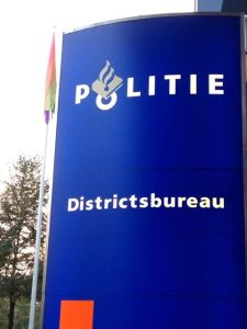 Regenboogvlag politiebureau Zwolle