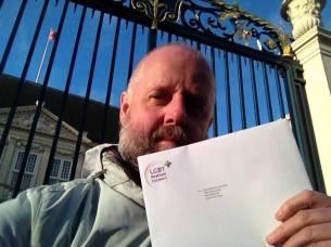 Sandro Kortekaas met brief bij paleis