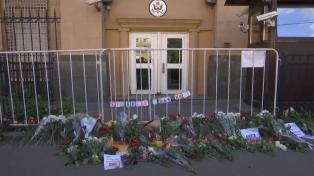 Arrestatie Moskou bloemen bij Amerikaanse ambassade