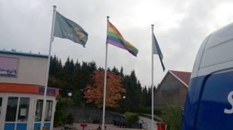 asielzoekerscentrum-oranje-regenboogvlag