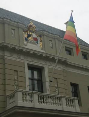 coming-out-dag-deeventer-stadhuis-vlag-op-de-kop