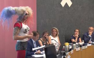 Drag Queen Lolo Benzina in raadszaal Amsterdam