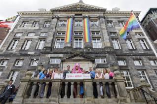 Regenboogbanieren op gemeentehuis 17 06 2017