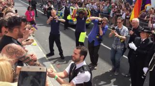 London Pride politieman vraagt vriend ten huwelijk