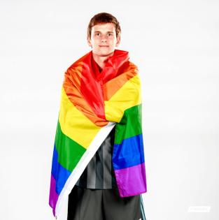 collin-martin-met-regenboogvlag.png