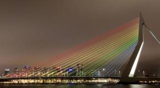 Rotterdam Erasmusbrug regenboogkleuren foto gemeente Rotterdam